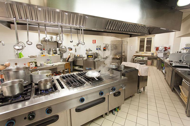 Lavorare nella cucina di un ristorante